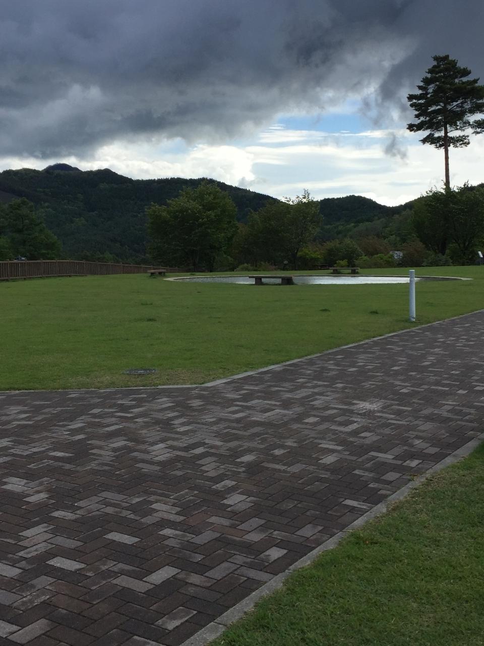 広く 清潔な芝生 噴水広場もあります
