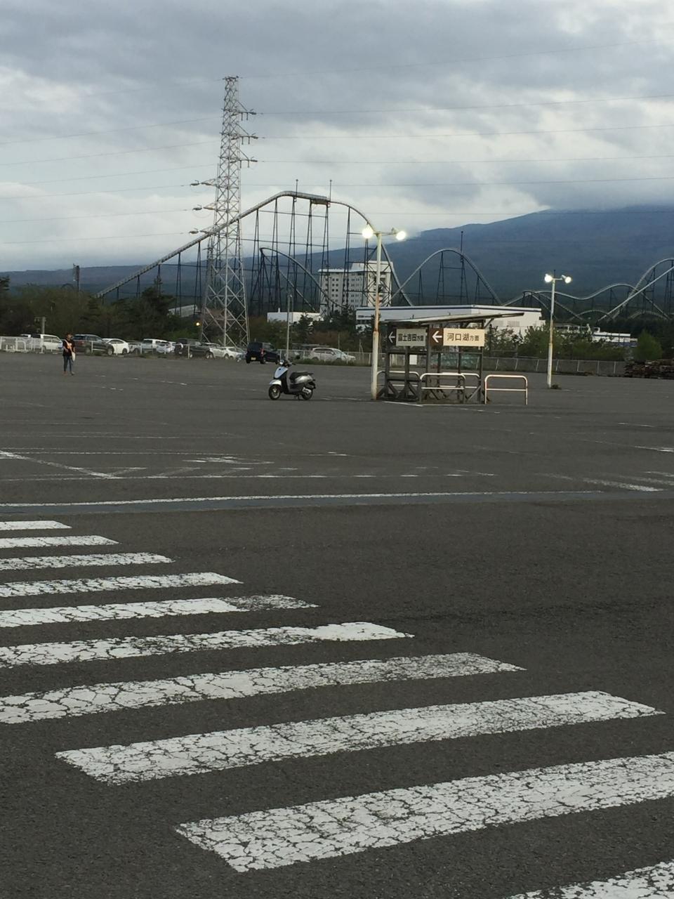 目の前は富士急ハイランド 駐車場はかなり広い