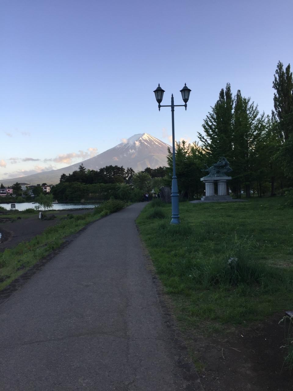芝生広場と湖と富士山 絶景